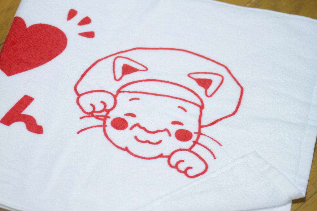タオルのデザイン-上司の似顔絵を招き猫風に描く2
